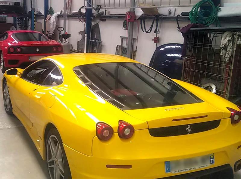 Belle vue sur deux Ferrari dans notre atelier